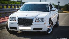 Biały Chrysler 300c na Twoje wesele, slub - wynajem aut weselnych  -  Świerklany  -  śląskie
